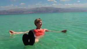 Lydia Ninz liegt im Toten Meer