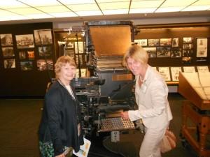 Lydia Ninz mit Martha Groves in den historischen Räumen der Los Angeles Times