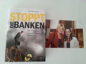 Esther Mitterstieler mit Buch und Lydia Ninz