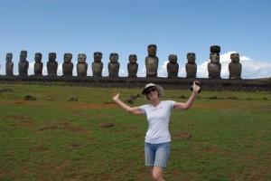 Lydia Ninz vor den 15 Moai auf der Osterinsel