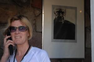Lydia Ninz vor Meister Neruda in La Chascona, Chile. Foto: Helmut Kasper