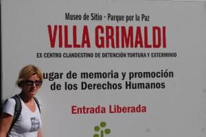 Lydia Ninz vor Villa Grimaldi in Santiago de Chile, Foto Helmut Kasper