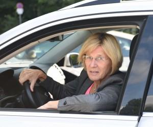 Lydia Ninz am Steuer ihres VW Tiguan