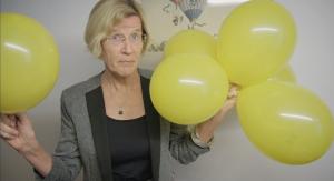 Lydia Ninz zeigtts mit Luftballons