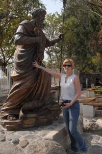 Lydia Ninz in Kapernaum mit Petrus Statue