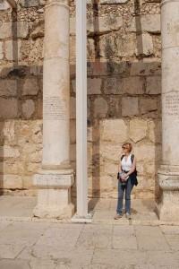 Lydia Ninz in der Synagoge in Kapernaum