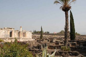 Kapernaum mit Tempel links und den Fischerhütten rechts