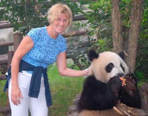 Lydia Ninz mit Panda in China